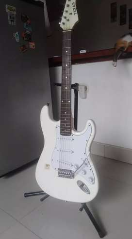 Guitarra eléctrica con amplificador. Poco uso