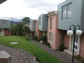 CASA DE DOS PLANTAS CON PATIO PRIVADO 3 Dormitorios + 3 Baños + 1 Estudio +1 Parqueadero en conjunto cerrado.