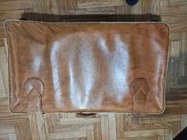 Valija cuero beige usada ideal decoración