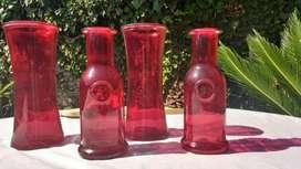 Detalles de decoración en rojo botellas y floreros