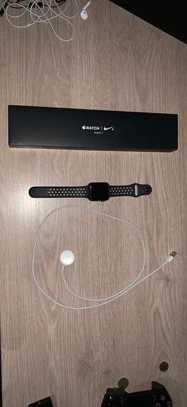 Se vende reloj apple original edicion Nike incluye manillas. Es de 42 MM se entrega con caja y cargador. !Negociable!