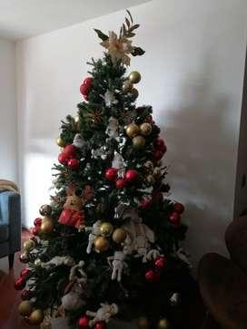 Árbol de navidad con bolas y papas noel. Con decoración.