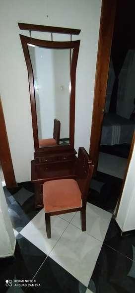 Tocador en madera con silla y espejo