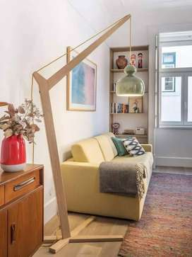 Lampara de piso estilo moderno, madera de cedro, luz led, campana suspendida
