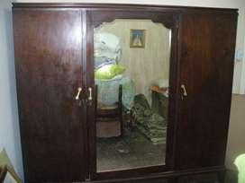 Antiguo Ropero de Tres Puertas con Espejo Central