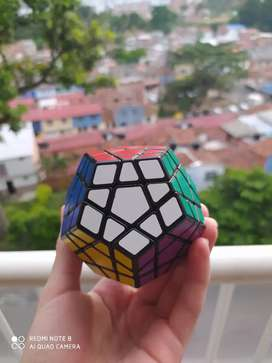 Cubo de Rubik Megamix Shengshou muy bueno, un reto, desafío o una prueba para tus habilidades mentales muy sano.