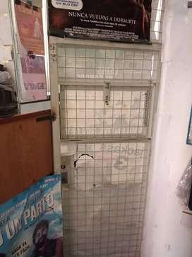 Mostrador con reja, vidrios y Puerta.