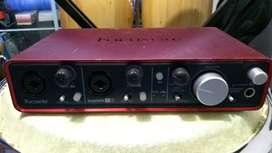 Interface de grabación Focusrite Scarlett 2i4 con cable usb
