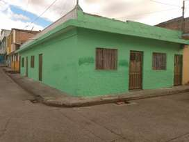 Casa = ubicada en el barrio Santa Clara en seguida del cai