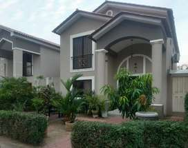Alquilo hermosa casa en Ciudad Celeste, Urbanización la Península, Samborondón.