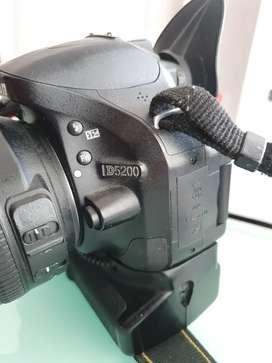 Camara nikon d5200 con lente y grip para dos baterias mas visor