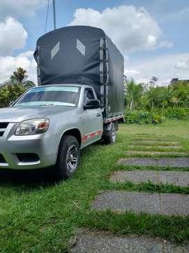 Transporte en vehículo de estacas y furgón disponible de inmediato