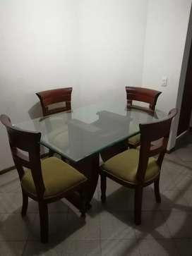 Comedor de cuatro puestos y mesa en vidrio.