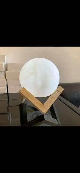 Lampara en forma de luna con base