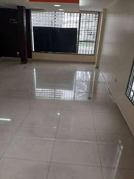 Rento oficina 250mts2, varios ambientes, Sector Amazonas y Juan de Azcaray