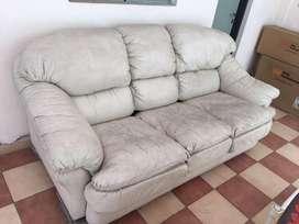 Sofá 3 cuerpos bari tapizado ecocuero, color tiza. Buen estado, mullido y muy confortable. 97 cm x  210 cm x 97 cm
