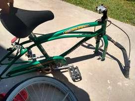 cuadro bicicleta playera verde usada con una rueda