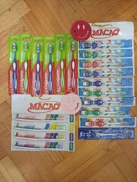 Se vende combo de cepillos de dientes colgate y Macao