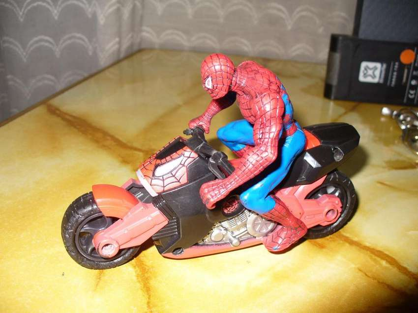 Hombre araña Spiderman con su moto a tracción 0
