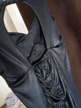 Vestido negro corto con detalles