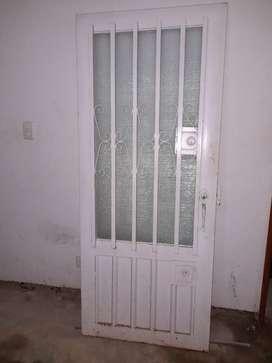 Venta puerta Metálico  con su marco en color blanco.
