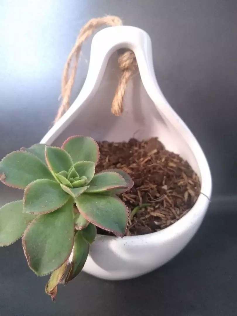 Maceta colgante en cerámica