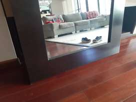Espejo con marco de madera macisa