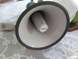se vende Megafono de mano , para bateria de 12V, potencia de 25W , microfono removible , marca Megaphone , metalico .