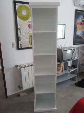 Hermosa repisa vertical con estantes de madera blanca