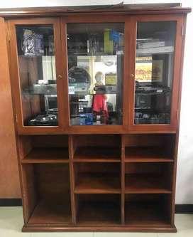 Biblioteca Exhibidora en madera y vidrio