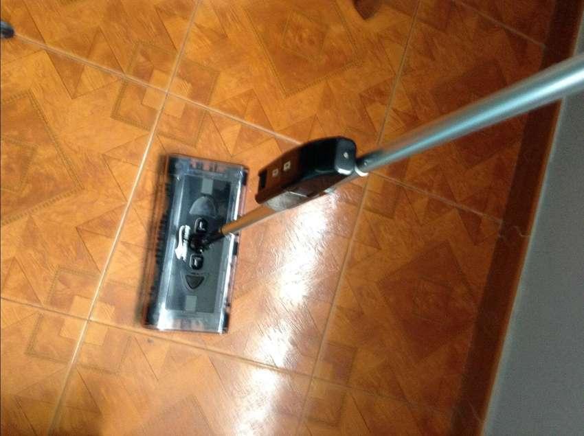 Una Escoba Barredora Eléctrica Inalámbrica Swivel Sweeper. Original. Usada perfecto estado