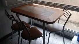 Mesa y sillas de caño gris