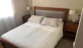 Juego de dormitorio con 2 mesitas de luz de guatambu y incluye un colchon simmons de 1 año de antiguedad