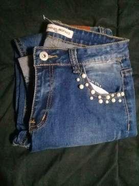 Jeans elastizado con perlas a las vista
