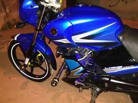 Vendo moto en exelente estado llantas nuevas todo le sirve mantenimiento al día papeles al dia