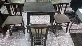 mesa de madera con 3 sillas de madera antiguo