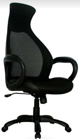 Se vende silla presidente. De lujo  mecanismo basculante. Color negro un año de garantía por defectos de fabrica