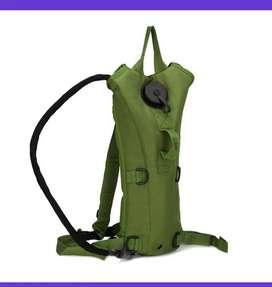 Maleta morral verde con bolsa hidratación camping