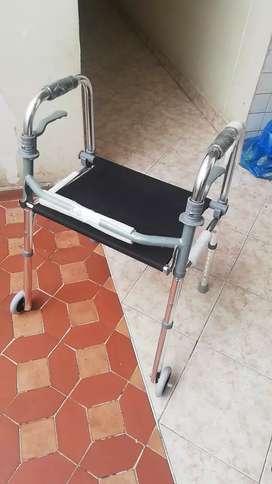 Caminador con silla y llantas