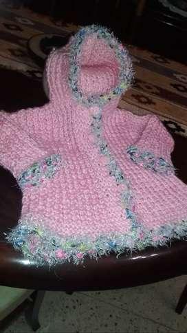 SAQUITO tejido a mano, beba de 3 a 6 meses. mas escarpines de peluche rosa.