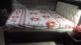 Vendo una cama con velador