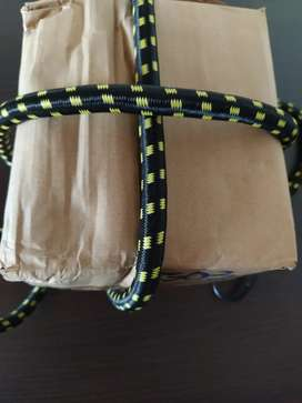Elástico para amarrar carga, práctico, liviano y resistente.