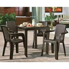 Mesa en comedor plastico con sillas