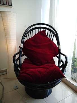 hermoso sillón a la venta con dos cojines de terciopelo rojo