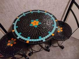 Mesa de hierro con dos sillas con venecitas