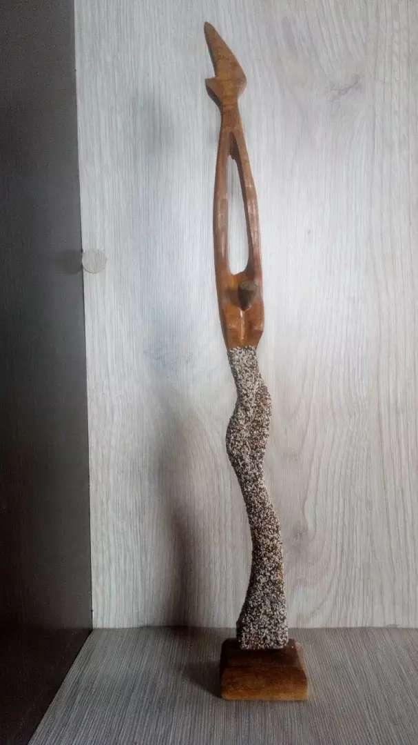 Figura de mujer estilizada, tallada en madera 0
