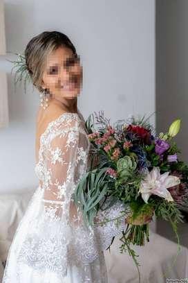 Vestido de novia en encaje y espalda escotada, único uso.