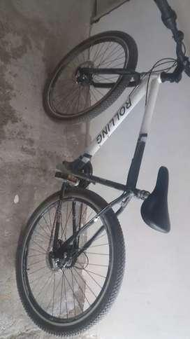 Bicicleta de color blanco con negro