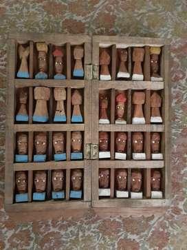 Ajedrez tallado en madera