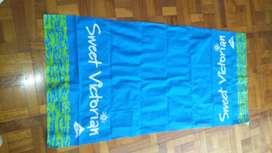 "Lona de Playa ""Sweet Victorian"" Azul. Largo: 1.50 m. Ancho: 0.74 m"